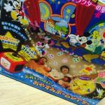 産まれたばかりの赤ちゃんとみんな一緒に楽しめる優秀おもちゃ『天井いっぱい!おやすみホームシアター』