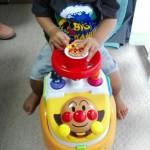 1歳の息子が夢中のボタンいっぱい!あんよの練習にもつかえるアンパンマンのビジーカー
