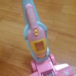 3歳頃の女の子にすごくオススメ!ハローキティの掃除機で小さなお母さんに( ^^)