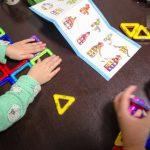 マグネットでくっつき合うシンプルなブロックは知育玩具としてオススメ